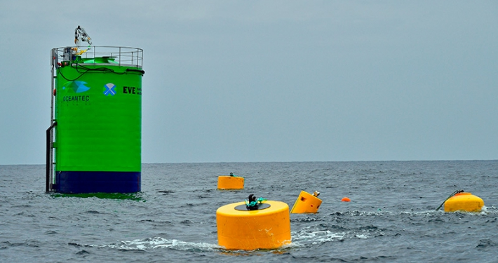 Barandilla y escalera a medida con equipaciones de línea de vida vertical en Oceantec